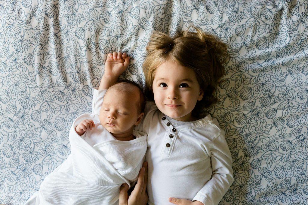 Dwaj mali chłopcy